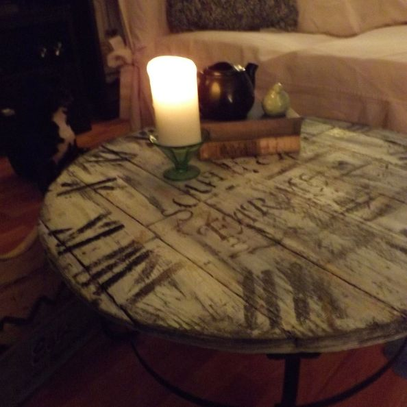 a-wood-pallet-crafted-clock-coffee-table-diy-home-decor-painted-furniture